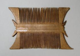 Comb with swallow-tail projections