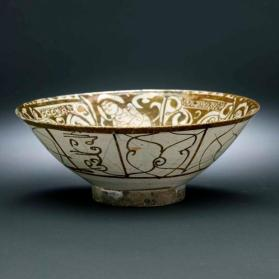 Lustre-ware bowl with design of sitting figures