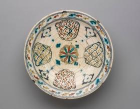 Dish with polychrome decoration