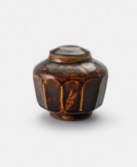 Brownish-black-glazed stoneware lidded jar with cover 흑유면각유개호