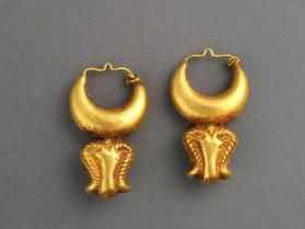 Gold earring in the form of ram's head and crescent