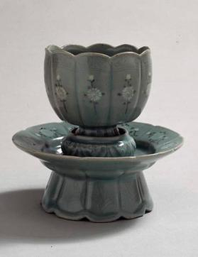 Flower-shaped cup and stand with inlaid chrysanthemum design 청자상감국화문화형잔탁