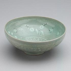 Bowl with inlaid chrysanthemums, birds, and insects design 청자상감화훼조층문발