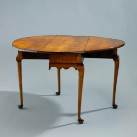 Drop-leaf table in Queen Anne Style