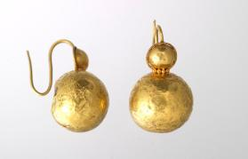 Pair of ball-shaped earrings