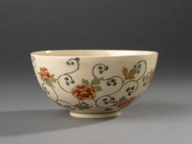 Tea bowl with design of peonies and vines