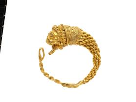 Hoop earring with lion-head terminal