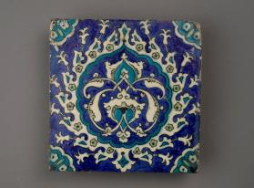 Tile with arabesque in  tear-shaped medallion