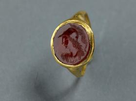 Ring with gemstone engraving of Athena