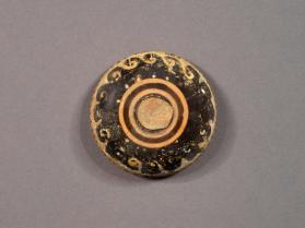 Lid of pyxis 930.106.1.A with wave motifs in added paint