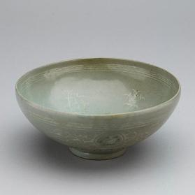 Bowl with inlaid chrysanthemum and lychee design 청자상감국화여지문발