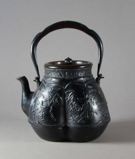 Tetsubin kettle with handle and lid